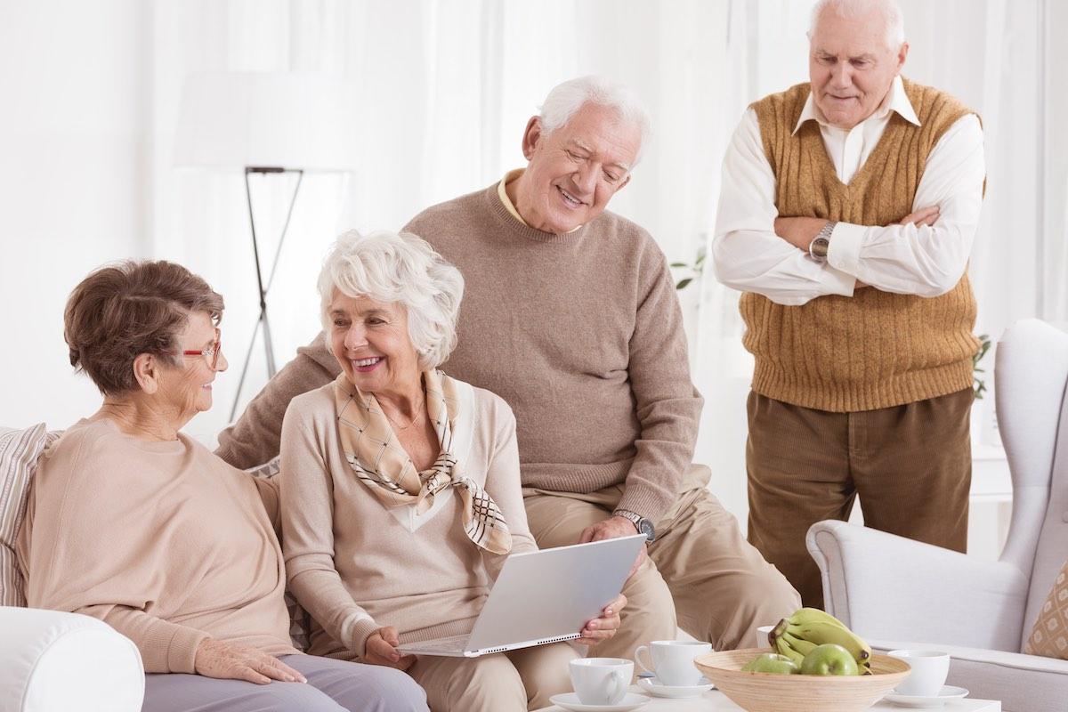 elder woman uses laptop P7HXE7M kopie